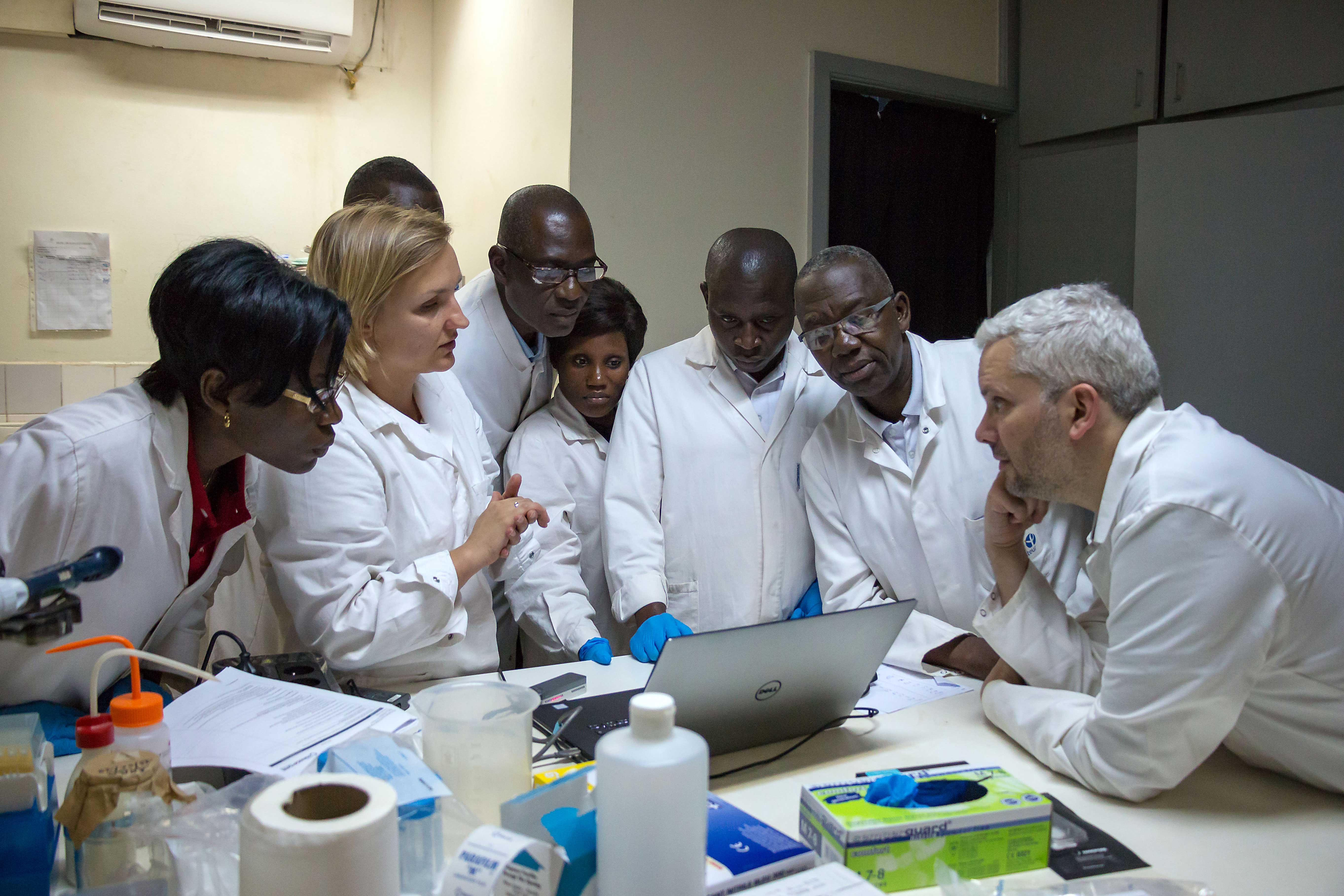 Deux membres de la Cellule d'Intervention Biologique d'Urgence (CIBU) et de l'unité de recherche et d'expertise ERI de l'Institut Pasteur à Paris, le Dr Nicolas BERTHET et Aurélia KWASIBORSKI, ont été accueillis entre le 18 et le 28 juin 2019 à l'Institut Pasteur de Bangui pour l'implémentation de la technologie MinION dans le cadre du projet EBOSURSY.