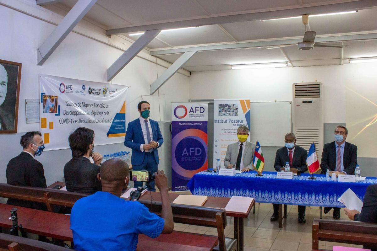 L'Agence Française de Développement (AFD) apporte un nouveau financement de 800 000 euros, soit 524 millions de francs CFA pour soutenir l'Institut Pasteur de Bangui (IPB) dans sa mission d'urgence dans le cadre de la lutte contre la pandémie de Covid-19. Ce financement permettra également de renforcer les capacités de l'Institut Pasteur de Bangui pour mieux prévenir les épidémies et contribuer à la riposte.